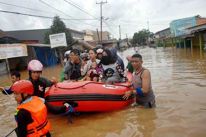 Ilustrasi-Tim SAR gabungan mengevakuasi warga korban terdampak banjir menggunakan perahu karet - ANTARA/Abriawan Abhe