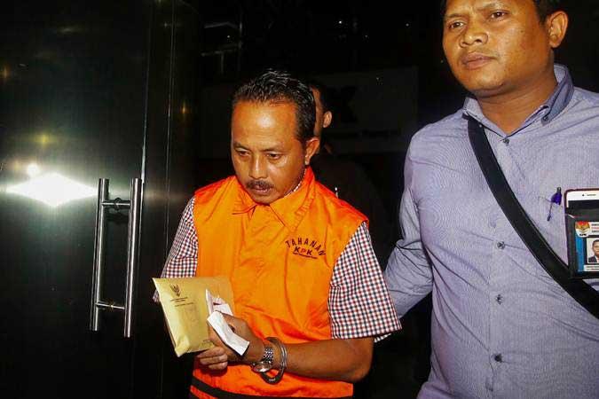 Tersangka pemberi suap Kardinal mengenakan rompi tahanan seusai menjalani pemeriksaan terkait operasi tangkap tangan (OTT) kasus dugaan korupsi Bupati Mesuji di Gedung KPK, Jakarta, Jumat (25/1/2019). - ANTARA/Rivan Awal Lingga