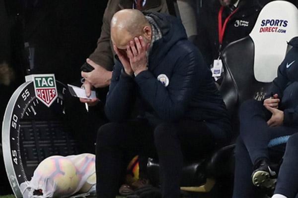Reaksi pelatih Manchester City Pep Guardiola saat timnya ditaklukkan Newcastle United. - Reuters/Lee Smith
