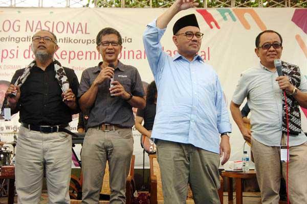 Mantan Menteri ESDM, Sudirman Said (kedua kanan), Praktisi Kebijakan Publik, Said Didu (kanan), Mantan Pimpinan KPK 2011-2015, Bambang Widjojanto (kiri) dan Dosen Universitas Indonesia, Rocky Gerung (kedua kiri) bernyanyi lagu berjudul