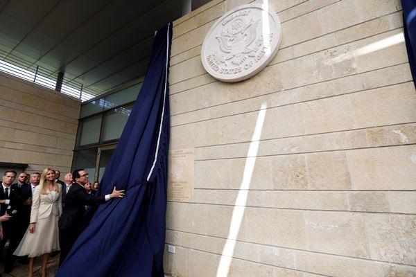 Menteri Keuangan AS Steven Mnuchin memperlihatkan segel dan plakat Kedutaan Amerika Serikat (AS) yang baru, saat ia berdiri di samping Penasihat Senior Gedung Putih Senior Ivanka Trump selama upacara peresmian Kedutaan AS di Yerusalem, 14 Mei 2018. - Reuters