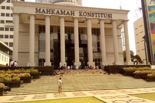 Umat Islam menunaikan Shalat Jumat di Gedung Mahkamah Konstitusi RI di Jakarta, Jumat (27/7/2018). - Bisnis.com/Samdysara Saragih