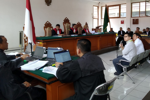 Josep Christopher Mailool (memegang michropone) tengah menjawab pertanyaan jaksa penuntut umum dalam sidang kasus suap Meikarta yang digelar di Pengadilan Negeri Bandung, Rabu 30 Januari 2019. - Bisnis/Dea Andriyawan