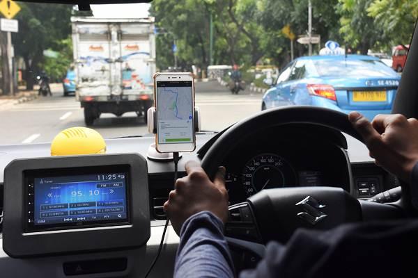 Pengemudi taksi daring menggunakan fasilitas GPS di ponsel pintar saat mengantarkan penumpang di kawasan Lenteng Agung, Jakarta, Kamis (15/11/2018). - ANTARA/Indrianto Eko Suwarso
