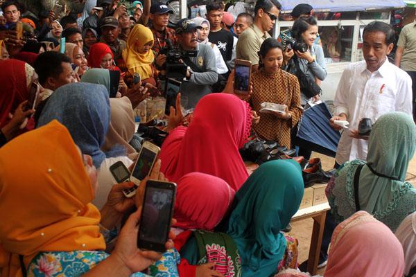 Presiden Joko Widodo (kanan) melakukan kunjungan kerja ke Muara Gembong, Kabupaten Bekasi, Provinsi Jawa Barat pada Rabu 30 Januari 2019. - Antara/Risky Andrianto