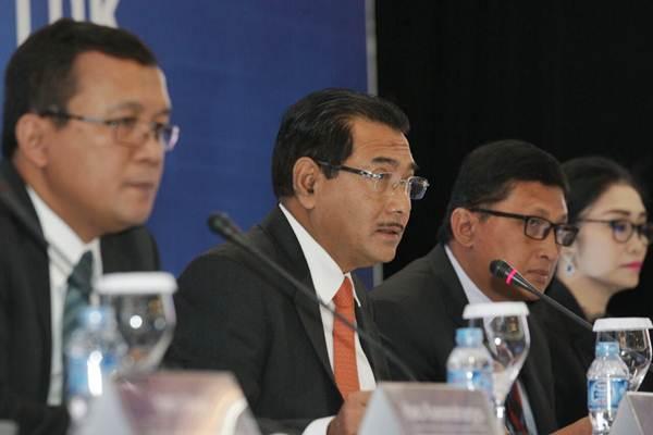 Direktur Utama PT Bank Rakyat Indonesia Tbk Suprajarto (kedua kiri) memberikan penjelasan mengenai kinerja perusahaan, di Jakarta, Kamis (26/10). - JIBI/Dedi Gunawan