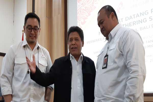 Kepala Divisi Program dan Komunikasi SKK Migas Wisnu Prabawa Taher (kanan) bersama Kepala SKK Migas Jabanusa Ali Masyhar (tengah) dan Staf Hubungan Kelembagaan SKK Migas Rangga Dinasti (kiri) saat acara Media Gathering, Rabu (30/1 - 2019).
