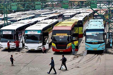 Armada angkutan bus di Terminal Leuwipanjang, Bandung, Jawa Barat, Senin (30/3/2015). Terimnal Leuwipanjang akan dilalui LRT Bandung. - JIBI/Rachman