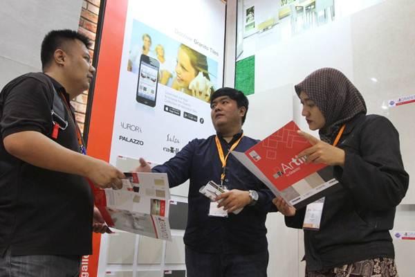 Karyawan (tengah) melayani pengunjung memilih produk keramik ArTile Granito di gerai Pameran Indobuildtech 2018, Indonesia Exhibition Convention, BSD City, Tangerang Selatan, Kamis (3/5/2018). - JIBI/Endang Muchtar