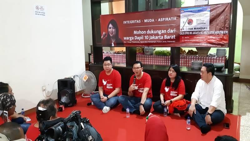 Basuki Tjahaja Purnama (BTP) alias Ahok di posko relawan PDIP Dapil 10 di Meruya, Jakarta Utara. JIBI/BISNIS - Feni Freycinetia
