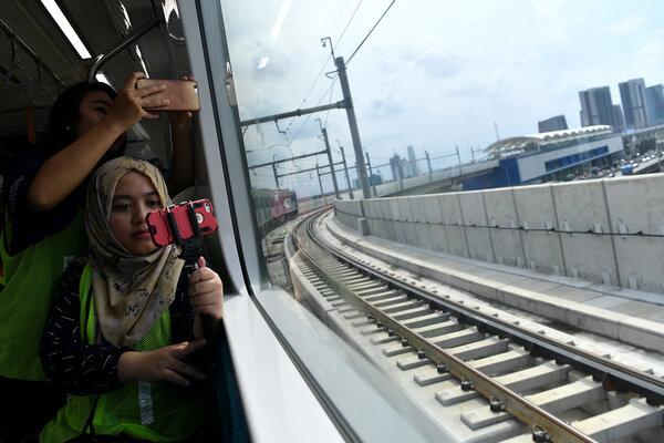 Jurnalis mengabadikan suasana perjalanan kereta Mass Rapid Transit (MRT) saat uji coba di Jakarta, Rabu (30/1/2019). PT MRT Jakarta menyatakan hingga 25 Januari 2019 progres konstruksi Fase I Koridor Lebak Bulus-Bundaran HI telah mencapai 98,59 persen. - Antara/Sigid Kurniawan