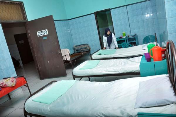 Perawat merapikan tempat tidur ruangan inap bagi caleg yang mengalami gangguan jiwa maupun depresi saat gagal dalam Pemilu Legislatif 2019, di rumah sakit jiwa Mahoni Medan, Sumatra Utara, Kamis (17/1/2019). - ANTARA/Septianda Perdana