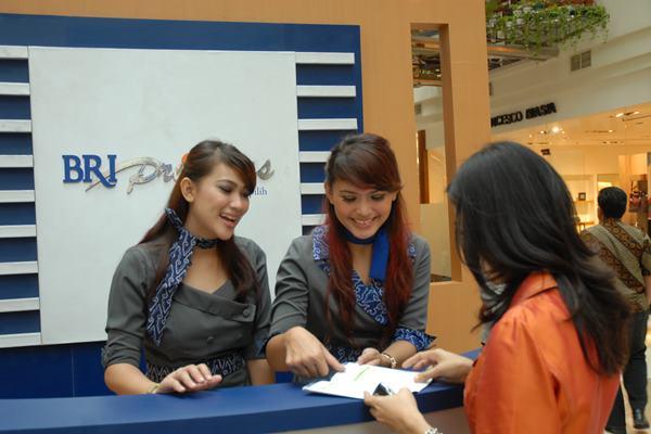 Petugas Layanan Prioritas Bank BRI sedang melayani nasabah - jombloati.wordpress.com