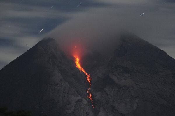 Aliran lava pijar Gunung Merapi terlihat dari Balerante, Kemalang, Klaten, Jawa Tengah, Rabu (30/1/2019) dini hari. Berdasarkan data Balai Penyelidikan dan Pengembangan Teknologi Kebencanaan Geologi (BPPTKG) kembali terjadi luncuran lava pijar Gunung Merapi pada tanggal (29/1/2019) yakni yang teramati 11 kali ke arah Kali Gendol dan satu kali ke arah timur laut dengan jarak aliran 50 -1400 m. - Antara/Aloysius Jarot Nugroho
