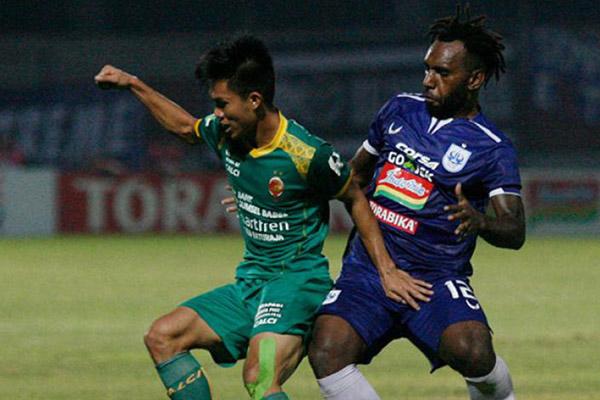 Nerius Alom (kanan). - Liga Indonesia