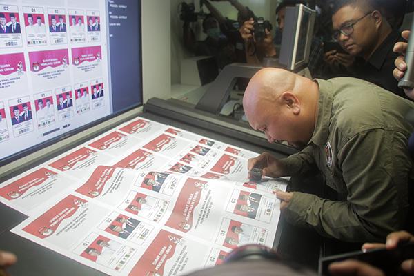 Komisioner Komisi Pemilihan Umum Ilham Saputra memeriksa hasil cetak surat suara Pemilu 2019 di PT Aksara Grafika Pratama