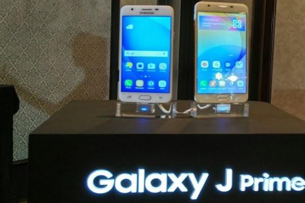 Seri terbaru Galaxy J Prime: J7 Prime (kanan) dan J5 Prime. - Antara