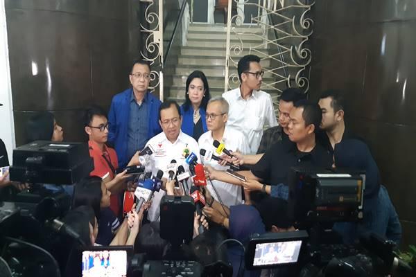Wakil Ketua BPN Priyo Budi Santoso (kiri) bersama Direktur Program TKN Arya Bima saat memberikan keterangan kepada wartawan usai evaluasi debat perdana di Gedung KPU, Jakarta, Senin (21/1). JIBI/BISNIS - Jaffry Prakoso
