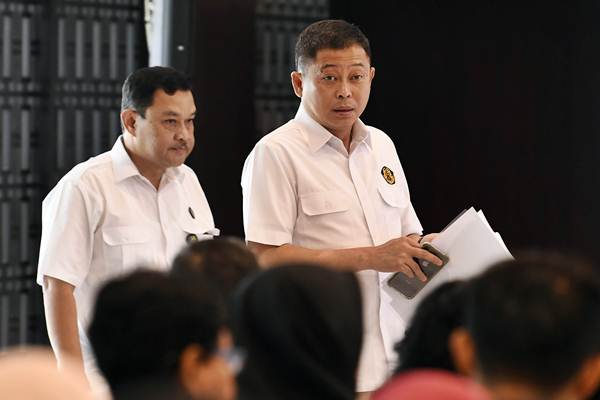 Menteri ESDM Ignasius Jonan (kanan) bersama Kepala Badan Geologi Kementerian ESDM Rudy Suhendar menghadiri GeoSeminar Strategi Mitigasi Bencana Gunung Api Anak Krakatau, di Jakarta, Senin (21/1/2019). - ANTARA/Puspa Perwitasari