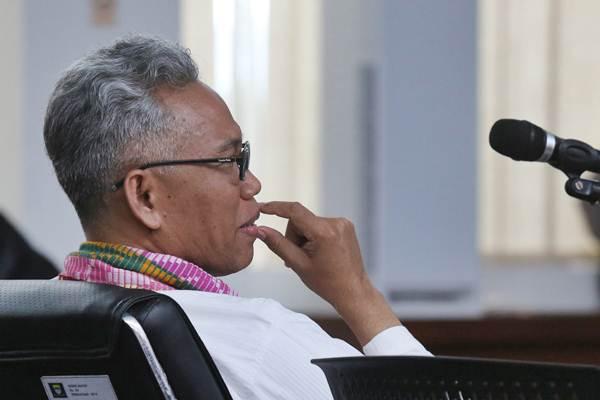 Terdakwa kasus dugaan pelanggaran Undang-Undang Informasi dan Transaksi Elektronik (UU ITE), Buni Yani, menjalani persidangan dengan agenda putusan, di Gedung Perpustakaan dan Arsip, Bandung, Jawa Barat, Selasa (14/11). - ANTARA/Fahrul Jayadiputra
