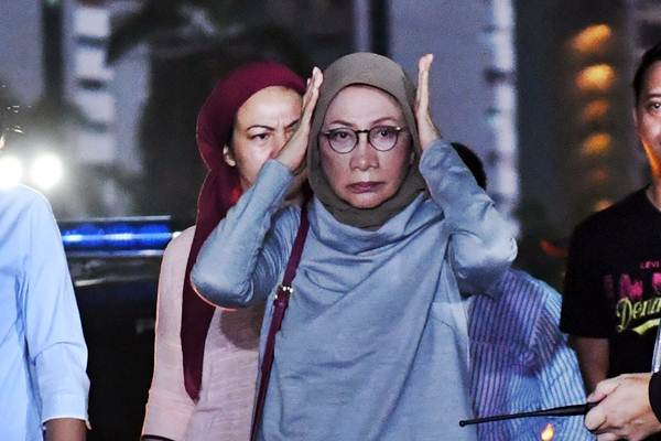 Aktivis Ratna Sarumpaet tiba di Mapolda Metro Jaya untuk menjalani pemeriksaan di Jakarta, Kamis (4/10/2010). Pelaku hoax itu ditangkap pihak kepolisian di Bandara Soekarno Hatta saat akan pergi ke luar negeri. - ANTARA/Akbar Nugroho Gumay
