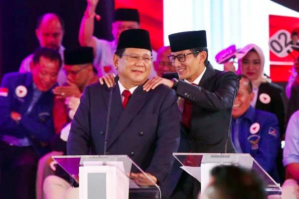 Pasangan nomor urut 02 Capres Prabowo Subianto (kiri) dipijit Cawapres Sandiaga Uno saat mengikuti debat pertama Pilpres 2019, di Hotel Bidakara, Jakarta, Kamis (17/1/2019). - Bisnis/Abdullah Azzam