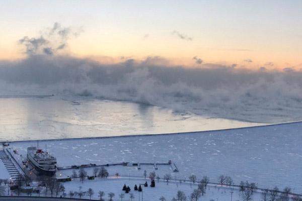 Danau Michigan di Chicago, Illinois, AS, membeku akibat suhu mecapai minus 28 derajat Celcius pada Kamis (31/1/2019) WIB. - Reuters