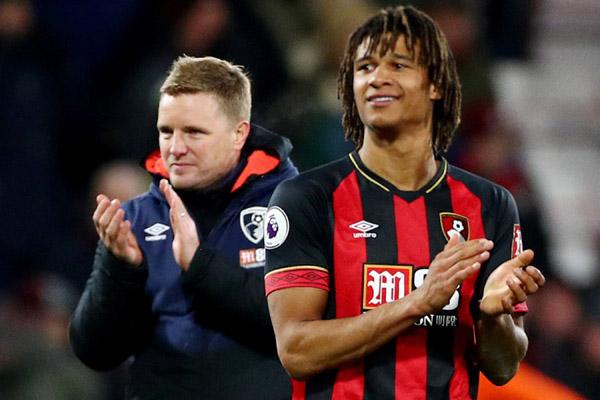 Pelatih Bournemouth Eddie Howe (kiri) dan bek Nathan Ake selepas mempermalukan Chelsea 4 - 0. - Reuters/Hannah McKay