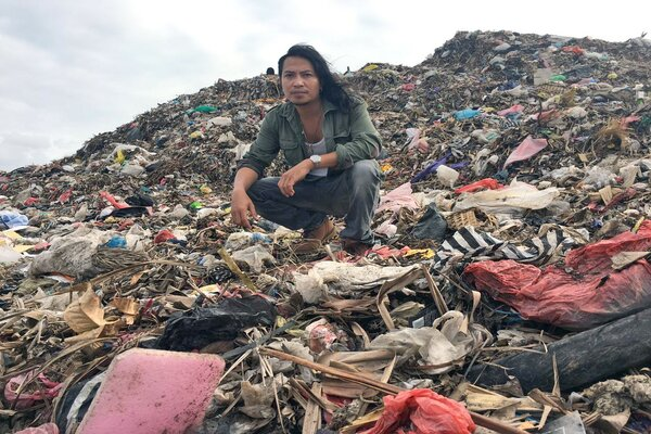 Musisi dan vokalis Navicula serta aktivitas lingkungan hidup Gede Robi Supriyanto sebagai pemandu acara di serial video Pulau Plastik. - Istimewa