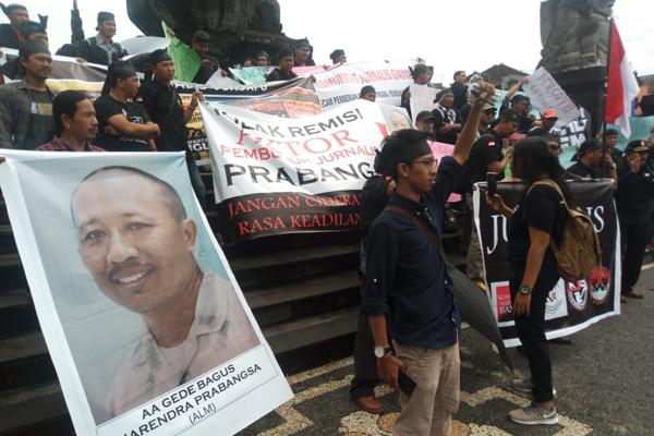 Aksi damai Komunitas wartawan Bali Timur di depan Monumen Puputan Klungkung untuk menolak remisi pembunuh wartawan, Kamis (31/1 - 2019). Foto: istimewa