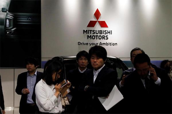 Wartawan menunggu President and CEO Mitsubishi Motors Corp Osamu Masuko di ruang pamer di markas besar di Tokyo, Selasa (26/11/2018)  - REUTERS