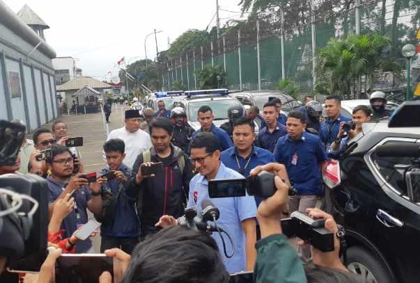 Sandiaga Uno (tengah) menjenguk Ahmad Dhani di Lapas Cipinang -  Bisnis.com/Jaffry