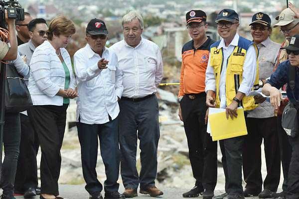 Wakil Presiden Jusuf Kalla (kedua kiri) berbincang dengan Sekjen PBB Antonio Guterres (ketiga kiri), CEO Bank Dunia Kristalina Georgieva dan Kepala BNPB Willem Rampangilei (ketiga kanan) ketika meninjau lokasi terdampak gempa dan pencairan tanah (likuifaksi) di Balaroa, Palu, Sulawesi Tengah, Jumat (12/10/2018). - ANTARA/Wahyu Putro A