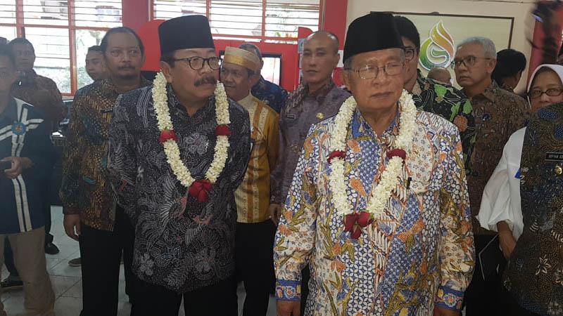 Menko Perekonomian Darmin Nasution (kanan) didampingi Gubernur Jatim Soekarwo (kanan) saat meninjau SMK 4 Kota Malang, Kamis (13/12/2018). - Bisnis/Choirul Anam
