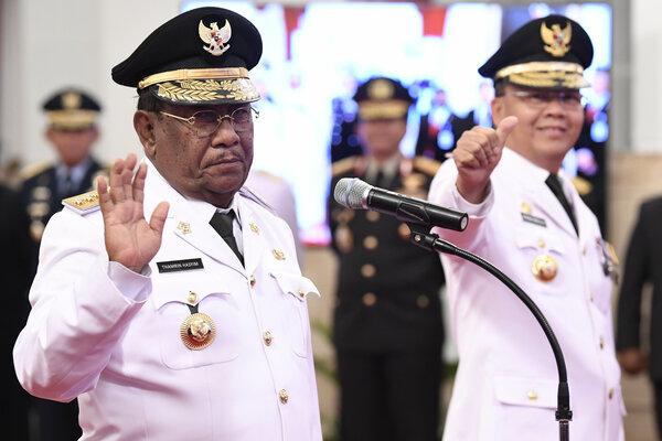 Gubernur Riau definitif Wan Thamrin Hasyim (kiri) dan Gubernur Bengkulu Rohidin Mersyah (kanan) menyapa jurnalis sebelum pelantikan di Istana Negara, Jakarta, Senin (10/12/2018). Wan Thamrin Hasyim dilantik untuk sisa masa jabatan 2014-2019, sedangkan Rohidin Mersyah dilantik untuk sisa masa jabatan 2016-2021. - Antara/Puspa Perwitasari
