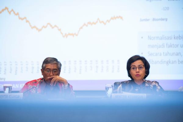 Menteri Keuangan Sri Mulyani Indrawati (kanan) bersama Wakil Menteri Keuangan Mardiasmo (kiri) menyampaikan konferensi pers tentang Realisasi Anggaran Pendapatan dan Belanja Negara (APBN) 2018, di Kantor Kementerian Keuangan, Jakarta, Rabu (2/1/2019). - ANTARA FOTO - Aprillio Akbar