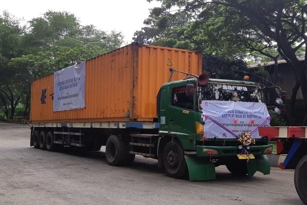 Truk milik PT Gunung Raja Paksi Tbk. sebagai simbolis perusahaan melakukan ekspor 300 ton baja struktur ke Sri Langka, dan 400 ton plat baja ke Australia, Kamis (31/1/2019) - M. Richard
