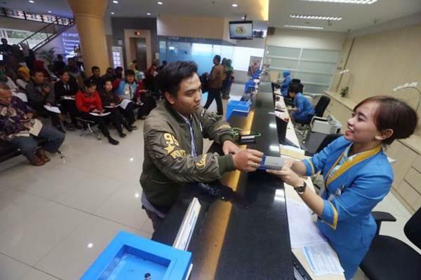 Karyawan melayani nasabah di Kantor Bank BJB Cabang Tamansari, Bandung, Jawa Barat. - JIBI/Rachman