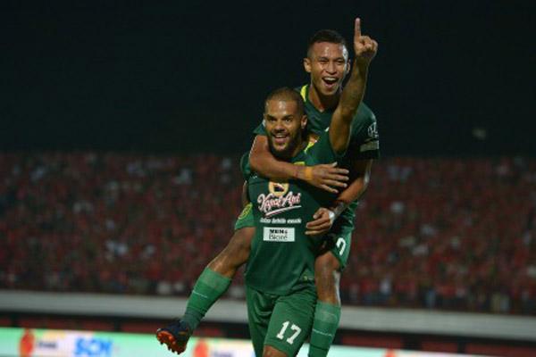 Dua penyerang andalan Persebaya Surabaya, David da Silva (depan) dan Osvaldo Haay. - Antara/Nyoman Budhiana