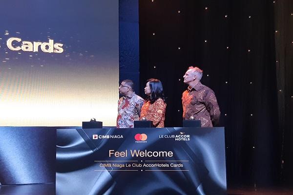 Direktur Consumer Banking CIMB Niaga Lani Darmawan (tengah) menonton video peluncuranCIMB Niaga Le Club AccorHotels Card di Hotel Raffles Jakarta, Jakarta, Kamis (31/1/2019). - Bisnis/Muhammad Khadafi
