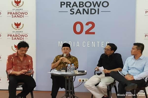 Analis Ekonomi Politik/Mantan Koordinator Koalisi Anti Utang, Kusfiardi (kedua dari kanan) saat tampil sebagai pembicara dalam Diskusi Rabu Biru bertemakan