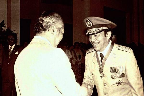 Presiden Soeharto (kiri) memberikan ucapan selamat kepada Letjen Polisi Awaloedin Djamin (kanan) saat pelantikannya sebagai Kapolri yang baru menggantikan Jenderal Polisi Widodo Budidarmo di Istana Negara, Jakarta, (25/9/1978). - Antara