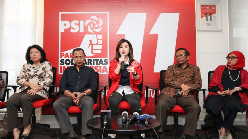 Ketua Umum Partai Solidaritas Indonesia (PSI) Grace Natalie (tengah) didampingi anggota panitia seleksi independen bakal calon legislatif (bacaleg) PSI, Mari Elka Pangestu (kiri), Goenawan Mohamad (kedua kiri), Mahfud MD (kedua kanan) dan Neng Dara Affiah (kanan) dalam konferensi pers, Minggu (22/4). PSI menggelar tes wawancara secara terbuka terhadap bacaleg. - ANTARA FOTO/Dhemas Reviyanto