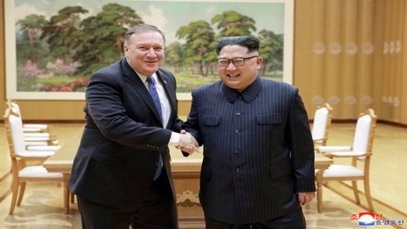 Pemimpin Korea Utara Kim Jong-un berjabat tangan dengan Menteri Luar Negeri Amerika Serikat Mike Pompeo, Rabu (9/5/2018), dalam foto yang disiarkan oleh Pusat Agensi Berita Korea Utara, Kamis (10/5/2018), di Pyongyang. /KCNA - via REUTERS)