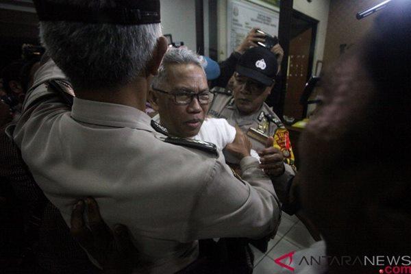 Terpidana Buni Yani keluar ruangan usai diperiksa di Kejaksaan Negeri Depok, Jawa Barat, Kamis (1/2/19). (ANTARA FOTO/ Kahfie kamaru - hp)