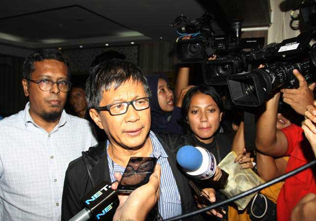 Akademisi dan aktivis Rocky Gerung (kedua kiri) bersiap menjalani pemeriksaan terkait ujarannya bahwa kitab suci itu fiksi dalam program 'Indonesia Lawyers Club' (ILC), di Ditkrimsus, Polda Metro Jaya, Jakarta, Jumat (1/2/2019). - ANTARA/Reno Esnir