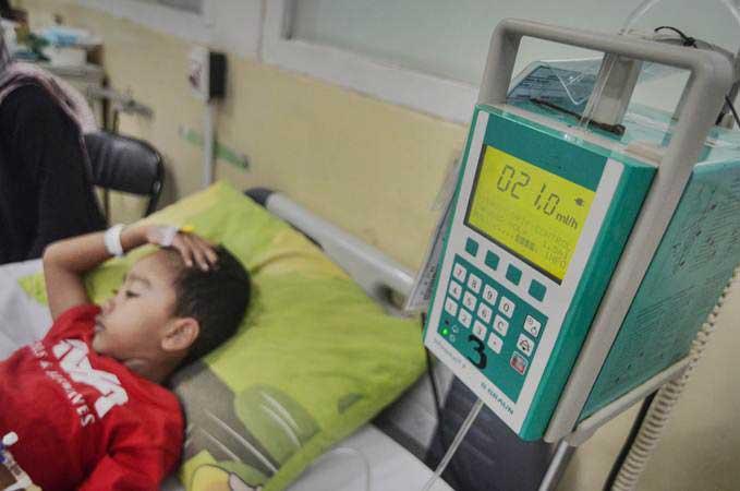 Pasien anak yang terjangkit Demam Berdarah Dengue (DBD) dirawat di sebuah rumah sakit, Kamis (31/1/2019). - ANTARA/Raisan Al Farisi
