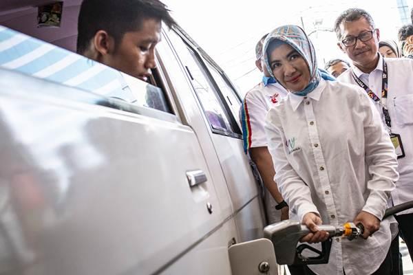 Direktur Utama Pertamina Nicke Widyawati (tengah) mengisi BBM ke kendaraan pelanggan di SPBU Coco Kuningan, Jakarta, Senin (3/9/2018). - ANTARA/Aprillio Akbar