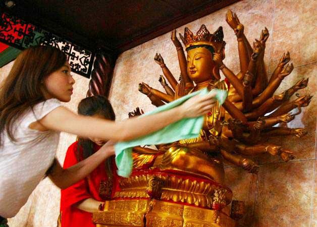 Jemaat vihara membersihkan patung di Vihara Kwan In Thang, Pondok Cabe, Tangerang Selatan, Banten, Rabu (30/1/2019). Ritual pencucian patung dewa serta bersih-bersih ini dilakukan dalam rangka perayaan tahun baru China atau Imlek tahun 2570. - ANTARA/Muhammad Iqbal