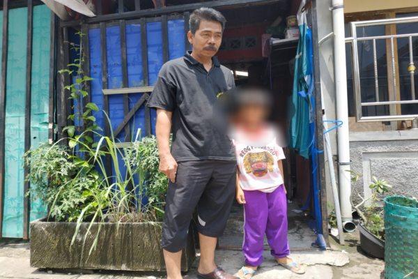 Rebo (kiri) bersama cucunya, MAH, yang menghebohkan warga Kadipiro, Solo, karena mengaku disunat Jin pada Minggu 3 Febuari 2019. Gambar foto diambil Selasa 5 Februari 2019. - Bisnis/Ichsan Kholif Rahman